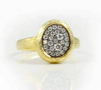 Enticing free-form Yellow Gold ring set with White Diamonds